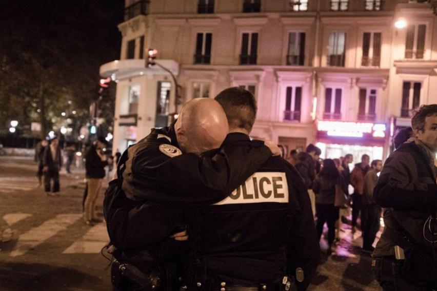 Пукотници во Париз  Во терористички напад убиени двајца полицајци