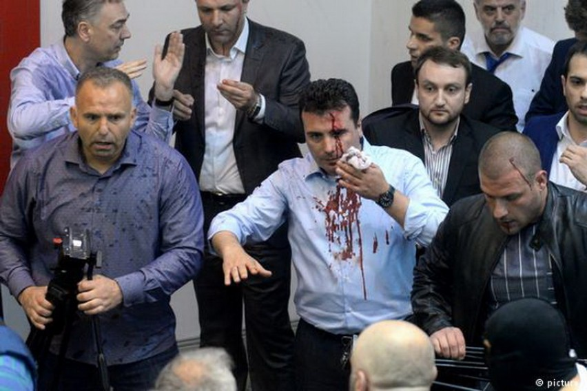 """Протекоа нови снимки од нападите во Собранието на кои се слуша """"Убиј го Заев"""""""