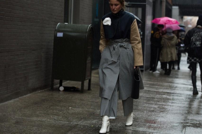 Белите чизмички до глужд се новиот моден додаток за есенската сезона