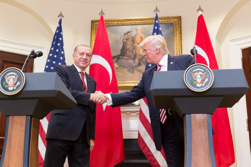 Трамп и Ердоган сакаат да ги поправат тензичните односи помеѓу САД и Турција
