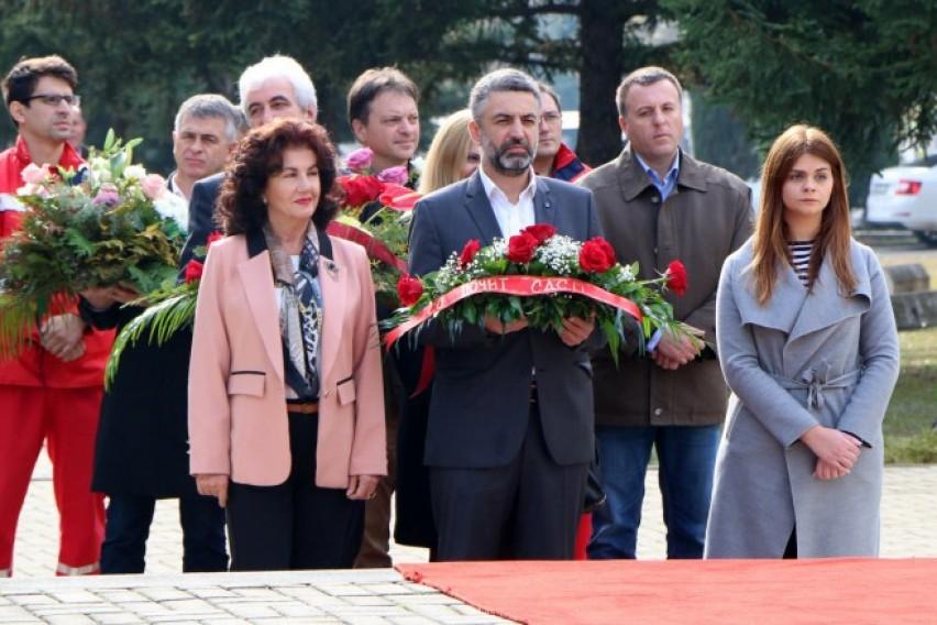 Делегација од СДСМ положи цвеќе по повод 13 Ноември