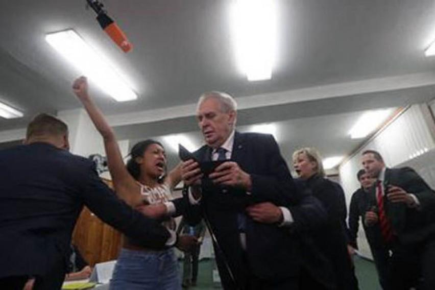 Полугола активистка му се нафрли на чешкиот претседател во моментот кога тој требаше да гласа