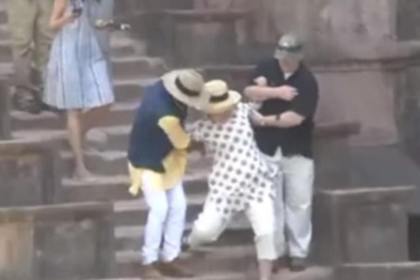 Хит на интернет  Хилари за малку ќе  quot полетала quot  преку скалите  телохранителите одвај ја задржале
