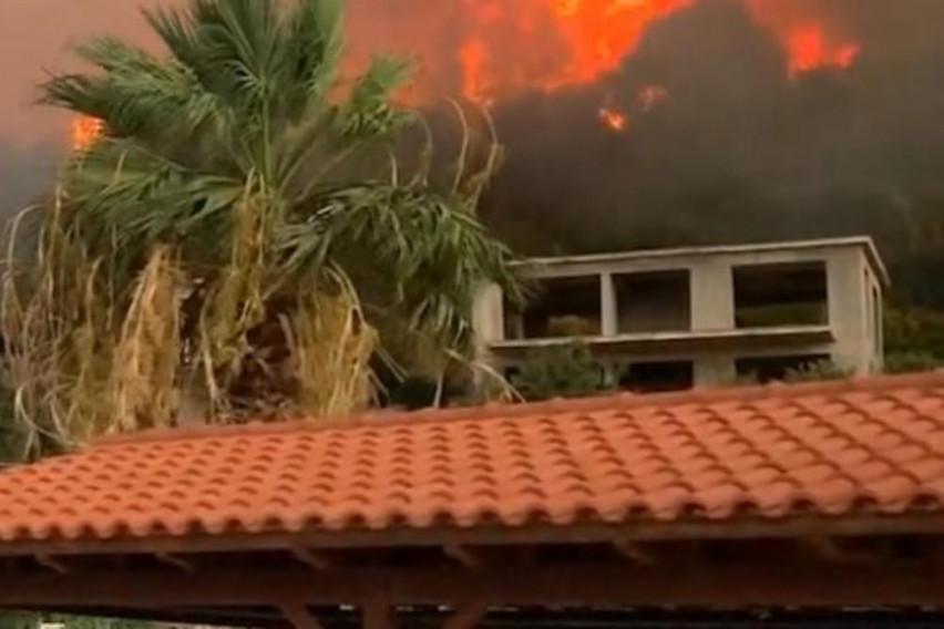 Беснеат пожари на грчки остров кој Македонците го обожуваат: Евакуирани жителите
